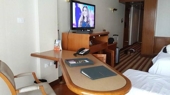 Amari Don Muang Airport Bangkok : desk grand deluxe rooms come with