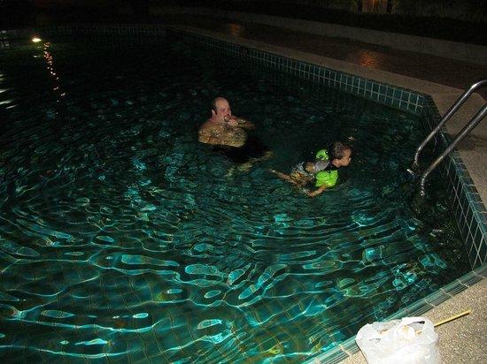 Amari Don Muang Airport Bangkok : night time in swimming pool