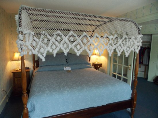 Stafford's Bay View Inn : The beautiful king size bed