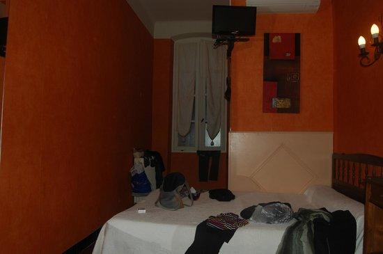 Les Deux Acacias : La chambre, un peu spartiate mais confortable et propre