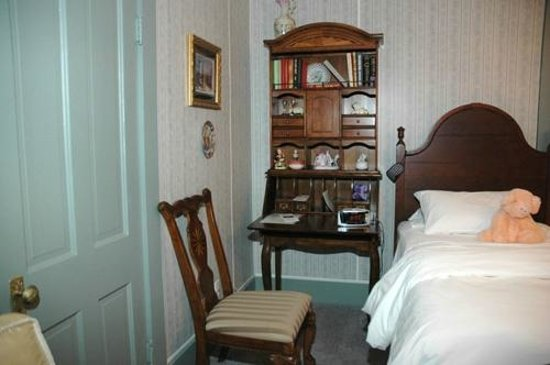Downtown Bed & Breakfast: Drop down desk and chair in Pennsylvania Room