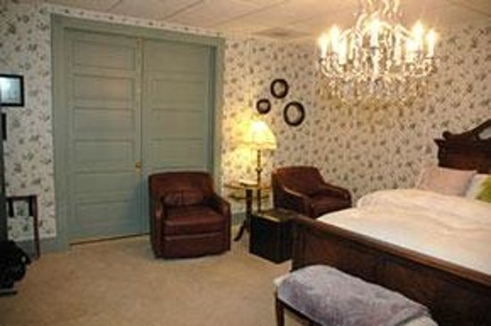 Downtown Bed & Breakfast: B&O Room has additional seating