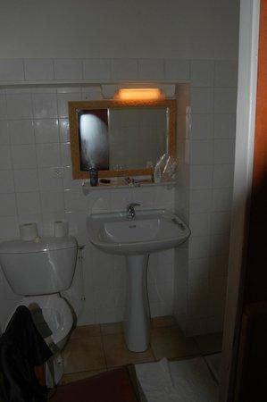 Les Deux Acacias: La salle de bains, sans porte ni rideau