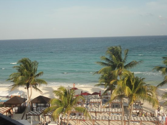 Azul Fives Hotel By Karisma: Beach in front of Azul Fives