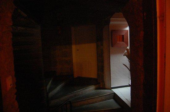 Les Deux Acacias: L'escalier en pierre, très charmant