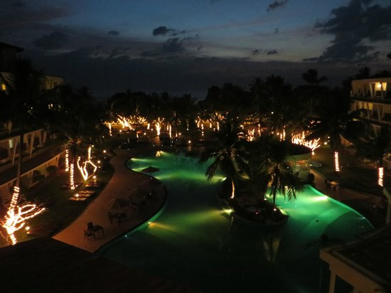 Eden Resort & Spa : Weihnachtliche Abendstimmung am Pool