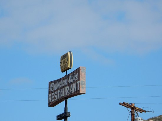 Rainbow Oaks Restaurant: Kinda hard to find, look for this sign.