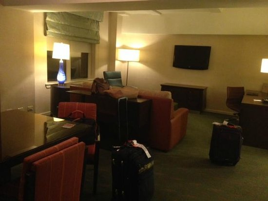 Shelburne Hotel & Suites by Affinia: Living room late at night