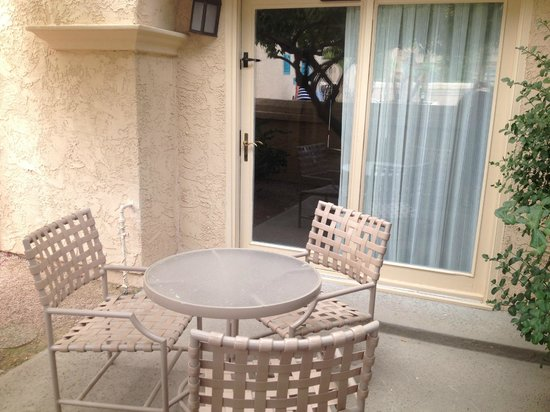 Scottsdale Plaza Resort : Ground floor patio opened right to pool area