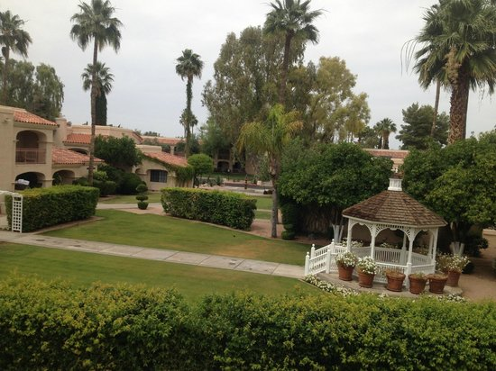 Scottsdale Plaza Resort: gazebo outside suite #5017