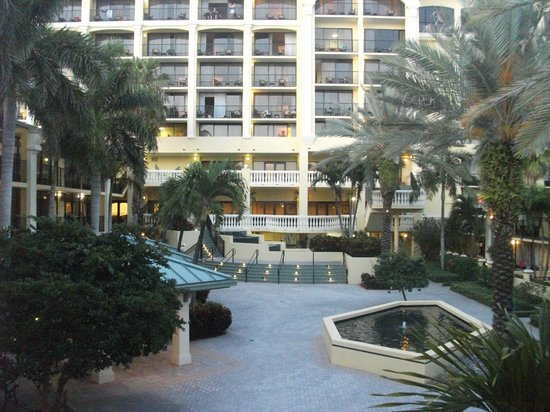 Sirata Beach Resort : Courtyard between buildings