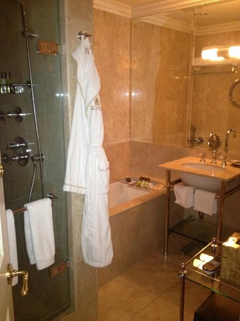 The Pierre, A Taj Hotel, New York : We had two bathrooms! This one was mine