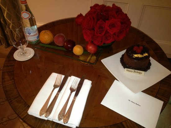 The Pierre, A Taj Hotel, New York : The beautiful birthday cake and flowers they gave us for her birthday