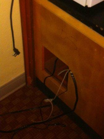 Quality Inn : Furniture in disrepair.