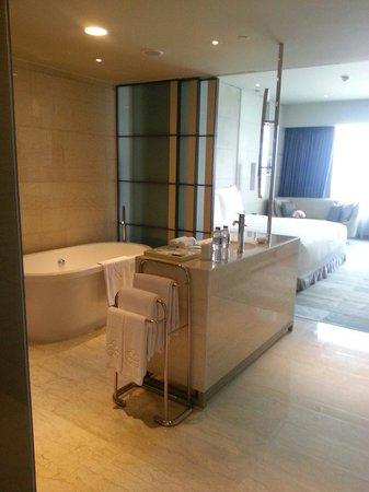 Hotel Nikko Saigon: Our room