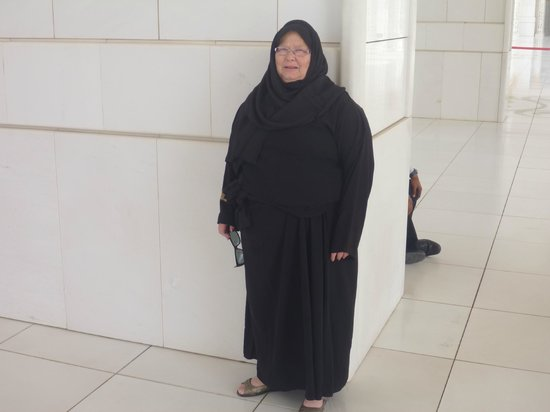 Sheikh Zayed Grand Mosque Center: Woman must dress approprietly.