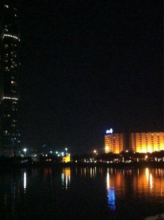 Hilton Abu Dhabi: Hotel visto dal lungomare