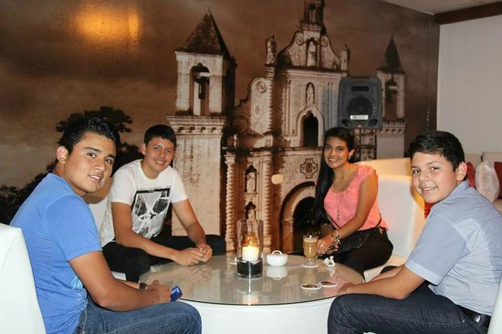 Cafe-Bar El Gran Cogolon: amigos disfrutando del capuccino