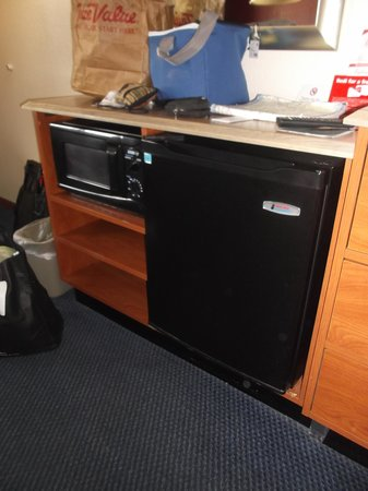 Red Roof Inn Gallup: Micro-ondes et frigo - Chambre 242