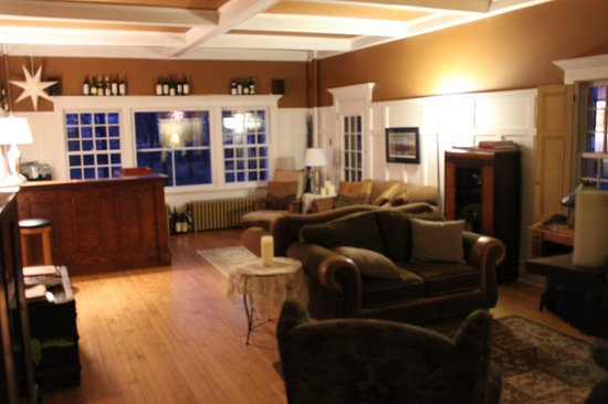 Au Clos Rolland, Couette & Cafe: Living room with bar (lots of equipment, just bring the liquor!)