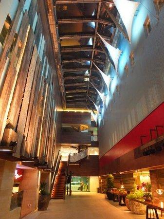 The Salisbury-YMCA of Hong Kong: 天井が高いロビーも素敵です!
