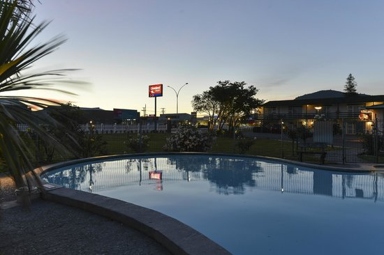 Econo Lodge Cleveland: Sunset over the outdoor heated swimming pool