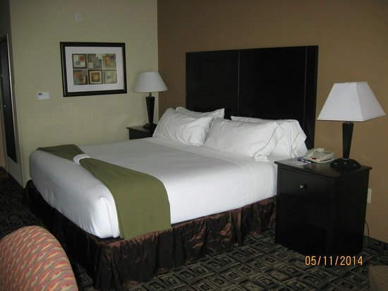Holiday Inn Express Hotel & Suites Zanesville North: Comfy bed & best pillows