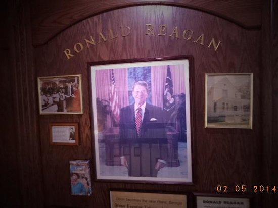 Comfort Inn Dixon : The portrait of Ronny Reagan, lovingly placed in the hall by the owners