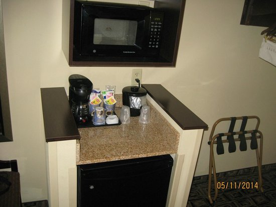 Holiday Inn Express Hotel & Suites Zanesville North: Microwave, refrig, coffee pot
