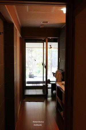 Takinoya: Bathroom connecting to the onsen