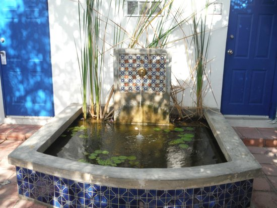 Tres Palmas Inn: Fountain right outside the room...