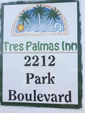 Tres Palmas Inn: There sign right outside the gate...