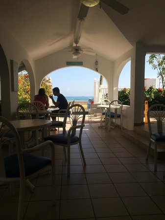 Tres Palmas Inn: Tables and dining area... Enjoy eating breakfast with the ocean just across the road...