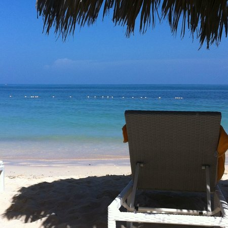 Iberostar Grand Hotel Rose Hall: Ahhh - drinks delivered on the beach