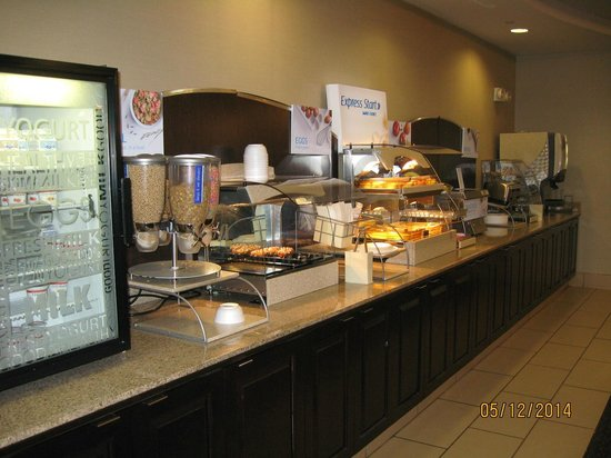 Holiday Inn Express Hotel & Suites Zanesville North: Huge selection of hot & cold food