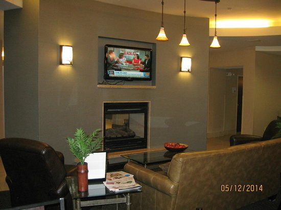 Holiday Inn Express Hotel & Suites Zanesville North: TV & 2 sided fireplace in dining area