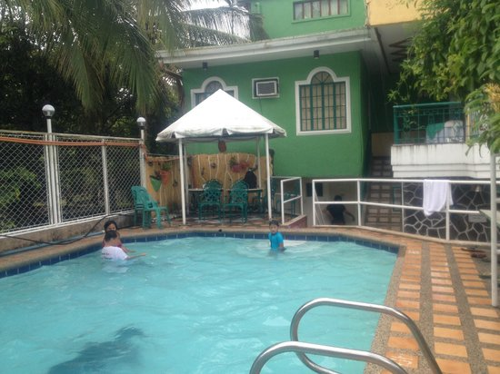 Jennifer's Kababayan Hotel : swimming pool area