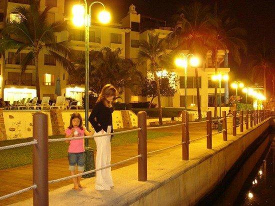 Vamar Vallarta All Inclusive Marina and Beach Resort: Aqui esta mi esposa e hija en el embarcadero del hotel