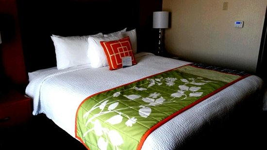 Fairfield Inn & Suites Anaheim North/Buena Park: Bedroom in King Suite