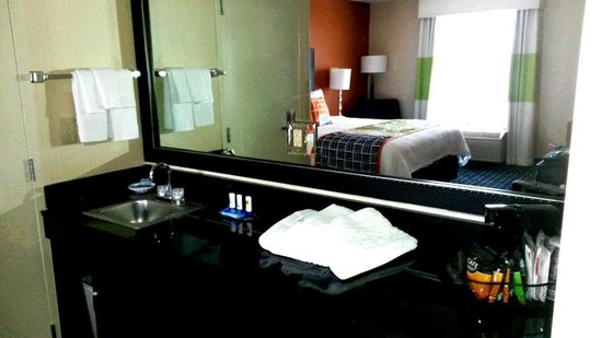 Fairfield Inn & Suites Anaheim North/Buena Park: Dressing area sink and counter