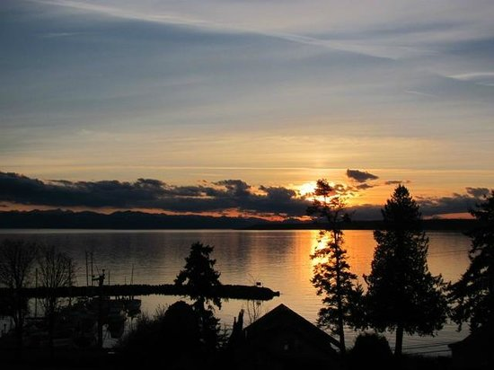 Beyond Bliss Suites : Sunset over Vancouver Island