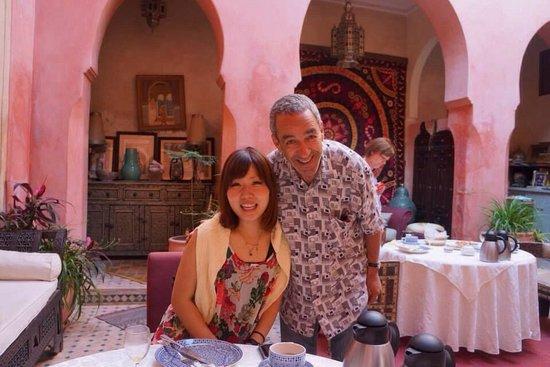 Riad Bahja: リヤドのご主人と一緒に♡ お茶やオレンジジュースを自らついでくれたり、話しかけてくれて和やかな時間を過ごせました。