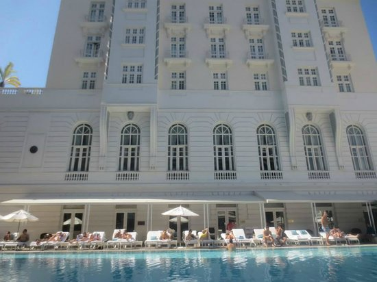 Belmond Copacabana Palace: Pool area during the day