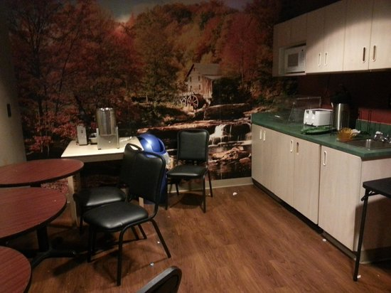 """Econo Lodge & Suites: Their """"Breakfast lounge"""""""