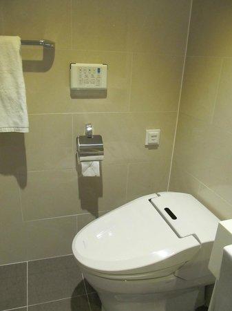 Fraser Place Namdaemun Seoul: Korean bidet toilet seat drama