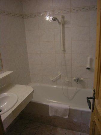 Kaiserhotel Neuwirt : salle de bain fonctionnelle
