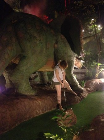 Dino Park Mini Golf : Taking a difficult shot!