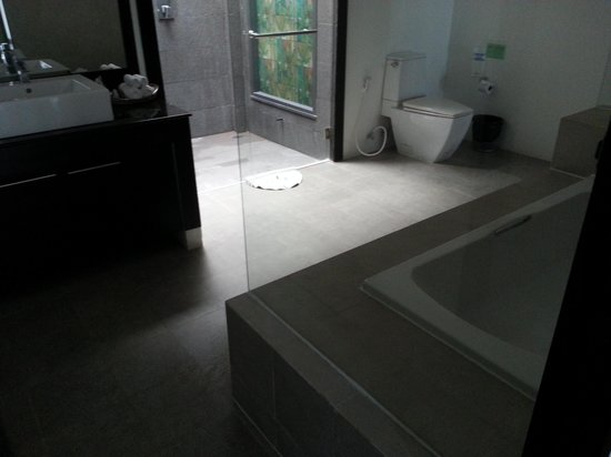Seastone Pool Villas: spacious bathroom
