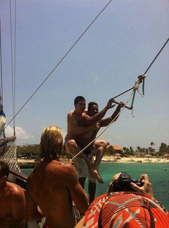 Mi Dushi : My husband with one of the guides doing the rope swing lol