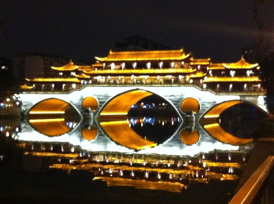 Shangri-La Hotel Chengdu : Across from the hotel, a beautifully lit bridge.
